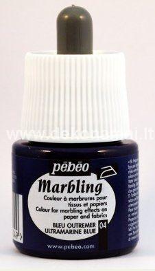 """45ml. dažai skirti marmuravimo technikai.<br />Dažų buteliukas su pipete. """"Marbling"""" dažų spalvas galima maišyti tarpusavyje, galima naudoti dekoruojant popierių, plonus audinius.<br /> <br />Vonios paruošimas:<br />Paimkite vonelę ir paruoškite vandenį su """"Marbling Bath"""" priemone. Vienam litrui šalto vandens reikia 3 arbatinių šaukštelių """"Marbling Bath"""" miltelių. Greitai išmaišykite miltelius vandenyje ir palikite vandens vonelę stovėti 2 valandoms. Paruoštą vandenį galima naudoti 24 valandas.<p>Marmuravimo technika:<br />Ant vandens paviršiaus su pipete lašinkite dažus ir sukurkite norimą raštą.  Leiskite dažams šiek tiek išsilieti prieš maišydami juos su medine mentele ant vandens paviršiaus. Kai išgausite norimą raštą, atsargiai uždėkite ant vandens paviršiaus popierių ar audinį ir palikite 10-15 sekundžių, tada atsargiai ištraukite. Pakiškite po tekančiu vandeniu, kad nusiplautų dažų perteklius. Padėkite ant lygaus paviršiaus piešiniu į viršų, kad išdžiūtų. Jei reikia, užfiksuokite išdžiūvusį piešinį lygintuvu. </p>"""
