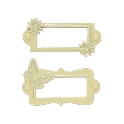 Spalva: dramblio kaulo. Tvirtinamos kniedėmis. Pirmos etiketės su gėlytėmis išmatavimai: išoriniai 5.5x2.8 cm, vidiniai 3.5x1.9 cm; antros etiketės su drugeliu išmatavimai: išoriniai 5.5x3.5 cm, vidiniai 3.5x1.9 cm.