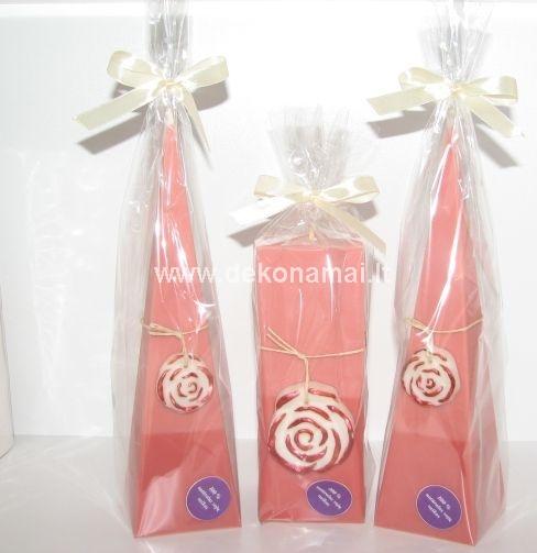 Aukštis 23cm., plotis 6x6cm<p>Sudėtis: 100% sojų vaškas. Dekoracijos: Vaškinė rožė.</p><p>Kvapas: Vanilė, rožės.</p>